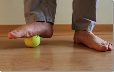 auto-massage-pieds-balle-de-tennis